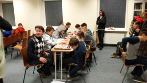 Vaikai, mokytojai ir tėveliai šachmatų turnyre