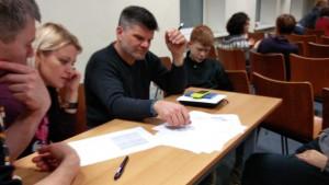 Tėvelių komanda sprendžia loginius uždavinius